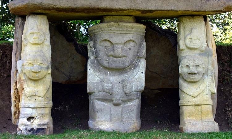 San Agustín misztikus kőszobrai